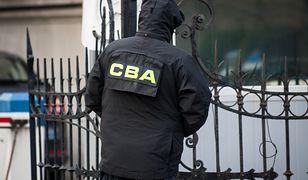 Agenci CBA zabezpieczają dokumenty w urzędzie