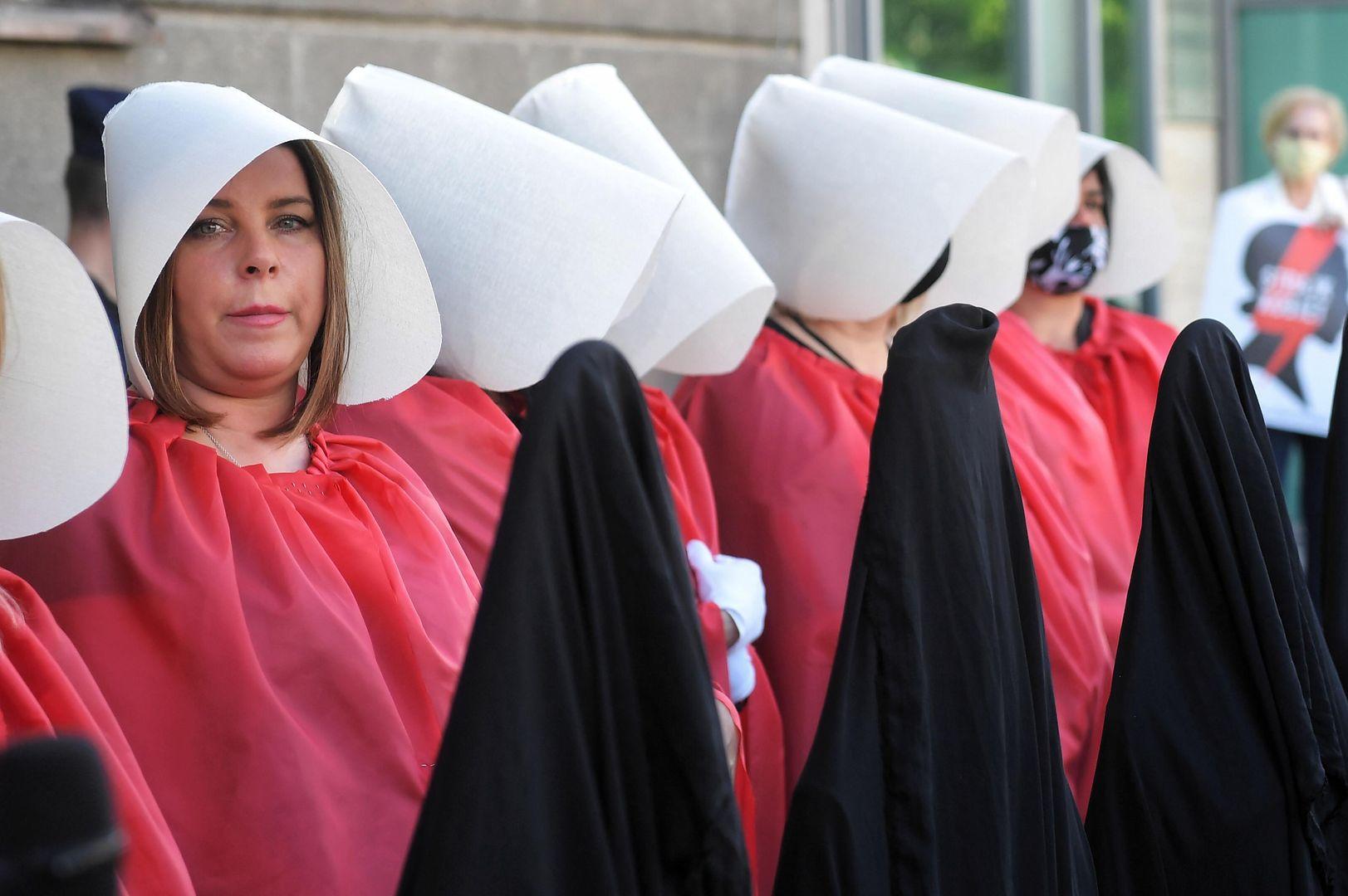 Po ogłoszeniu orzeczenia przez TK w kraju rozpoczęły się protesty kobiet (fot. PAP)