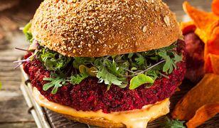 Buraczany burger z kaszą kuskus