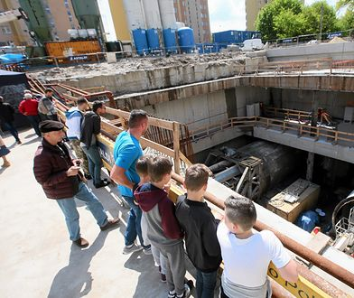 Zwiedzający na budowie II linii metra