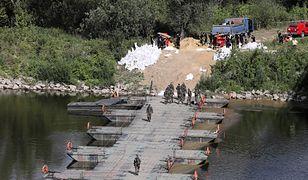 Warszawa. Awaria w oczyszczalni ścieków Czajka. Wojsko zbudowało most pontonowy