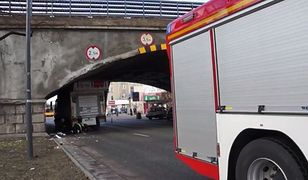 """Kierowca nie zauważył znaków na wiadukcie przy Targowej? """"Zakleszczona cieżarówka"""" [WIDEO]"""