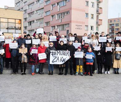 Szczecin. Akcja pod hasłem #MuremzaKasia w obronie ofiary księdza pedofila. Stanisław Michalkiewicz ujawnił jej dane