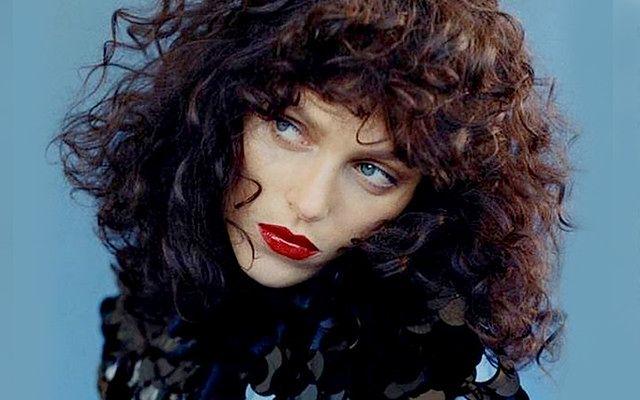 Anja Rubik w czarnych lokach dla Vogue Paris
