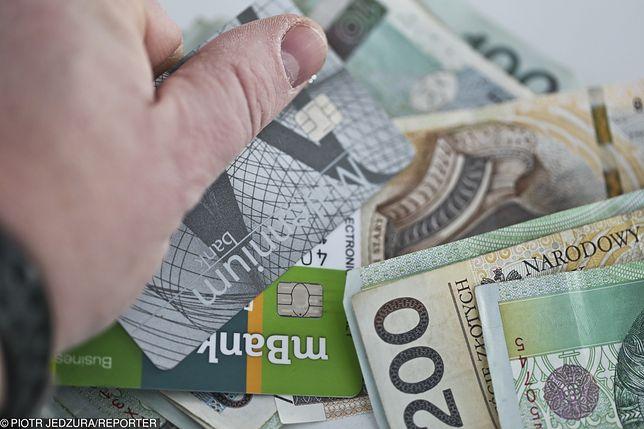 Okazuje się, że pracownicy ministerstw nadal chętnie korzystają z kart kredytowych.