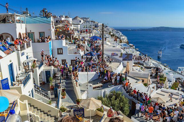 """Santorini przeżywa prawdziwy najazd turystów. Burmistrz mówi """"dość"""""""