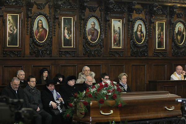 Prezes PiS Jarosław Kaczyński oraz jego bratanica Marta Kaczyńska w czasie uroczystości pogrzebowych Jadwigi Kaczyńskiej