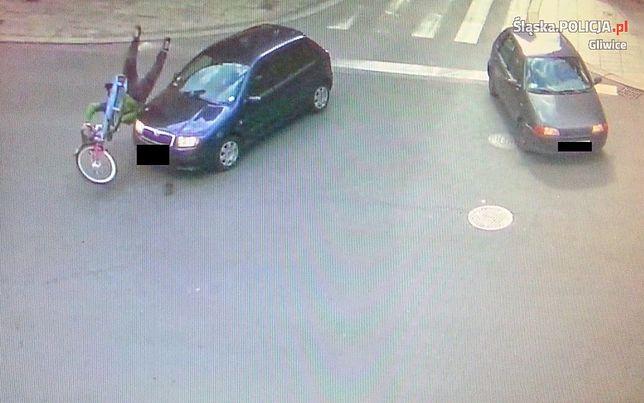 """Jechał na rowerze pod prąd. Policja publikuje to nagranie """"ku przestrodze"""""""