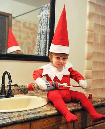Mały elf myje zęby