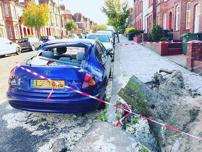Brytyjczycy dzielą się zdjęciami zniszczeń spowodowanych silnym wiatrem.