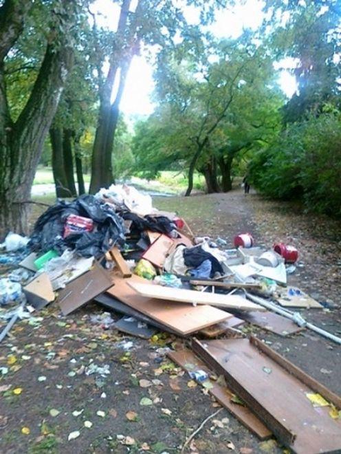 Wyrzucił górę śmieci w parku Sieleckim. Teren jest wpisany do rejestru zabytków