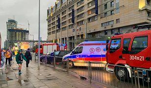 Warszawa. Wypadek na placu Zawiszy. Kolizja obok przystanku autobusowego