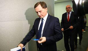 Zbigniew Ziobro (minister sprawiedliwości i prokurator generalny). W tle prokurator Michał Ostrowski
