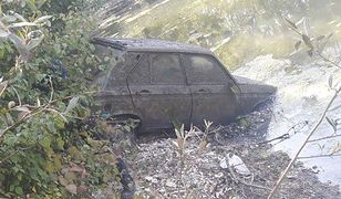 Peugeot 104 wyciągnięty z bagna