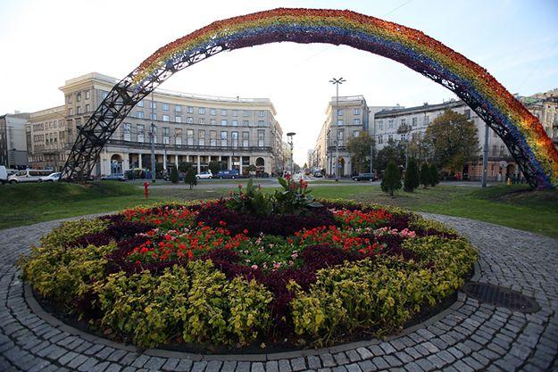 """Spalona w październiku 2012 roku instalacja """"Tęcza"""" z 16 tysięcy sztucznych kwiatów nawleczonych na stalową konstrukcję, autorstwa artystki Julity Wójcik."""