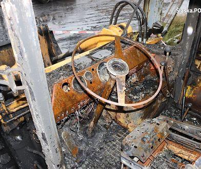Podpalone ładowarki doszczętnie spłonęły.