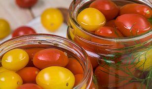 Z kiszonych pomidorów można przygotować zupę. Gotuje się ja tak samo, jak tę z kiszonych ogórków.