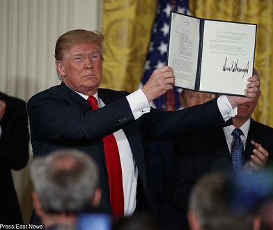 Prezydent Trump trzyma podpisaną dyrektywę o polityce kosmicznej USA.
