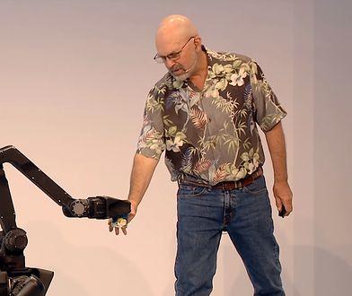 Robot potrafi podać puszkę z napojem, nie wylewając ani kropli