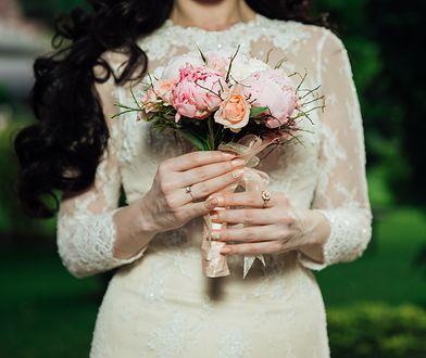 Sukienka ślubna do 150 zł – efektowna, prosta, tania