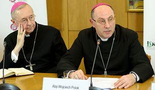 Arcybiskupi Stanisław Gądecki i Wojciech Polak podczas konferencji, na której podane zostały statystyki dotyczące wykorzystywania dzieci przez polskich księży