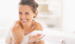 Delikatna piana i jedwabiście gładka skóra to największe zalety olejków do ciała