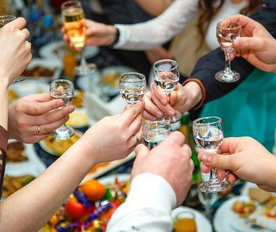 Przy alkoholu pada wiele niewygodnych pytań.