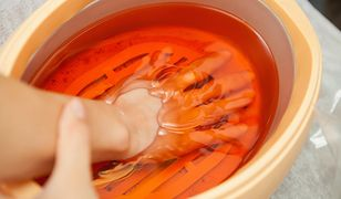 Zabiegi parafinowe to dobry sposób na suchą skórę dłoni