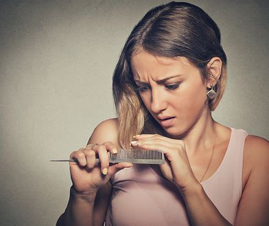 Wypadanie włosów, zakola bądź łysienie to zmora wielu kobiet.