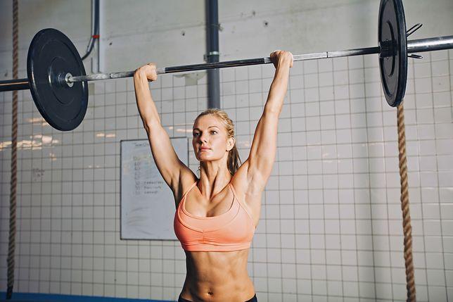 Wyciskanie żołnierskie (francuskie) to trening, który przyspiesza budowanie masy mięśniowej.
