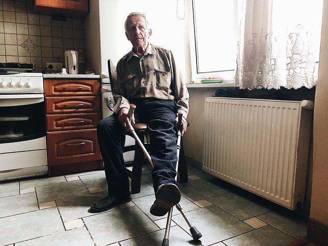 Pan Włodzimierz codziennie przesiaduje przy oknie.