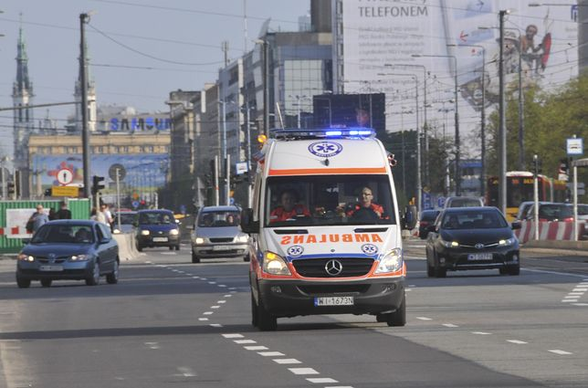 Warszawa. Wypadek na Jana Pawła II. Karetka pogotowia zabrała pasażerkę jednego z dwóch samochodów osobowych