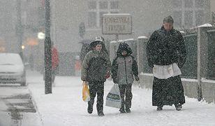 """Ile Polacy dają księdzu, gdy przychodzi """"po kolędzie""""? Zależy, gdzie mieszkają"""
