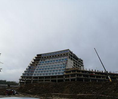 """Hotel Gołębiewski w Pobierowie. Dyrektor chce odczarować budowę. """"Wcale nie wycinaliśmy lasu"""""""