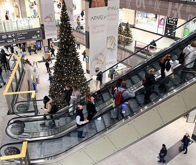 """Masa ludzi w centrach handlowych. """"Kolejki wychodzą poza niektóre salony"""""""