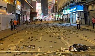 W bitwach policji i demonstrantów w Hongkongu w ruch poszły cegły, gaz, a nawet żywa amunicja