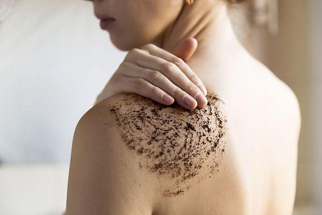 Peeling do ciała wykonuje się pod prysznicem lub w wannie