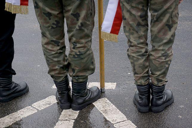 """""""Etos żołnierza jako niezniszczalnego, posiadającego ponadprzeciętne umiejętności człowieka powoduje, że taki człowiek unika sytuacji, w których musiałby okazać słabość"""" – tłumaczy psycholog Agata Pajączkowska."""