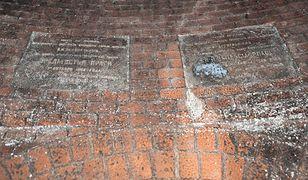 Warszawa. Niezwykłe znalezisko w kanałach. Te tablice mają 115 lat