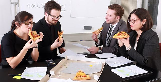Głodnemu praca nie na myśli, czyli co Polacy jedzą w pracy?