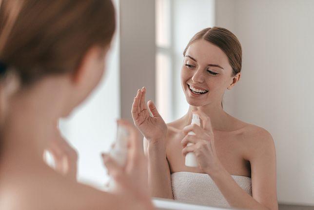 Blada skóra? Podpowiadamy, jak prawidłowo używać samoopalaczy i bronzerów