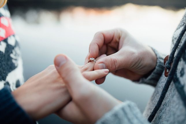 Niepowtarzalny pierścionek zaręczynowy do 300 zł - tani, ale nie tandetny