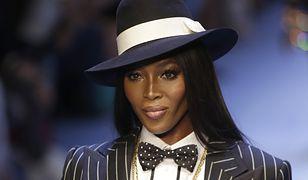 Naomi Campbell zaprezentowała garnitur w prążki.