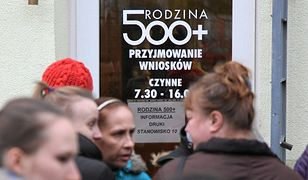 Sporo Polaków niechętnie patrzy już na świadczeniobiorców 500+