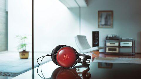 Audio-Technica pokazuje słuchawki za 8 i 10 tys. złotych. Są wykończone egzotycznym drewnem
