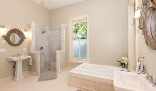 Łazienka z prysznicem i wanną w jasnej aranżacji
