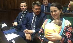 Kornelia Wróblewska jako pierwsza w polskim Sejmie odważyła się przyjść z dzieckiem do pracy.