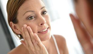 Światło padające z jednej strony utrudni staranny makijaż - lepsze będzie równomierne