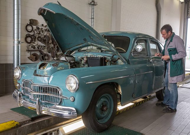 Oldtimer car owner Marek Schramm, drives his 'FSO Warszawa' type 'M20' car, after it has been checked at a garage in Ilmenau, Germany, 27 March 2014. According to the car's registration documents, the vehicle once was owned by Polish Cardinal Karol Wojtyla, who later became Pope John Paul II, registered under the licence plate number 'KR 96 13' from 1958 to 1977.  EPA/MICHAEL REICHEL Dostawca: PAP/EPA.