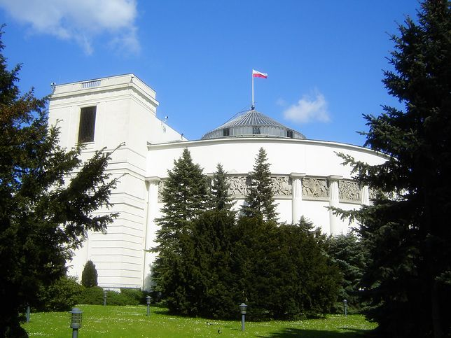 Tereny wokół Sejmu patroluje straż marszałkowska  z dwoma czworonogami.